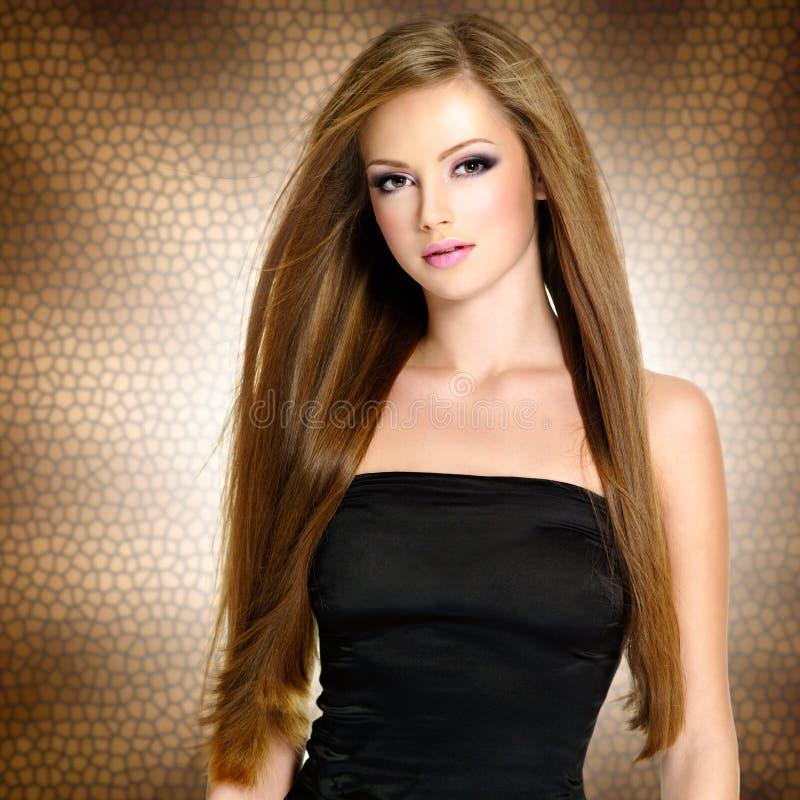 Nätt ung kvinna med härlig lång raksträcka royaltyfria bilder
