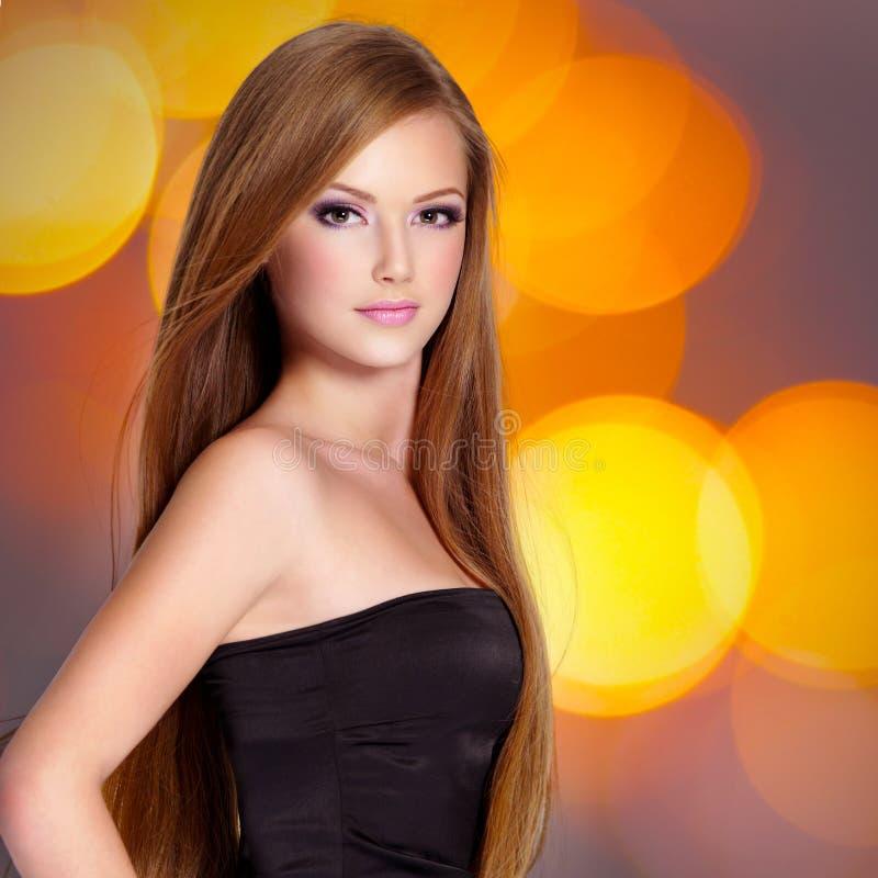 Nätt ung kvinna med härlig lång raksträcka royaltyfria foton
