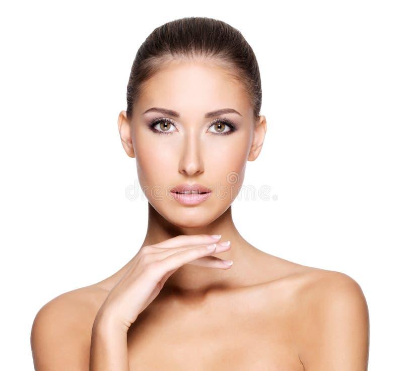 Nätt ung kvinna med klar ny hud arkivbild