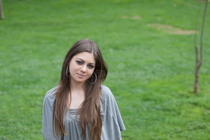 Nätt ung kvinna med långt brondehår royaltyfri bild