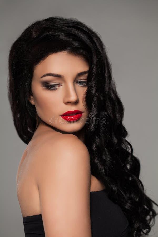 Nätt ung kvinna med långt sunt hår royaltyfri foto