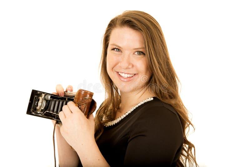 Nätt ung kvinna med le för kamera för gammal skola arkivbild