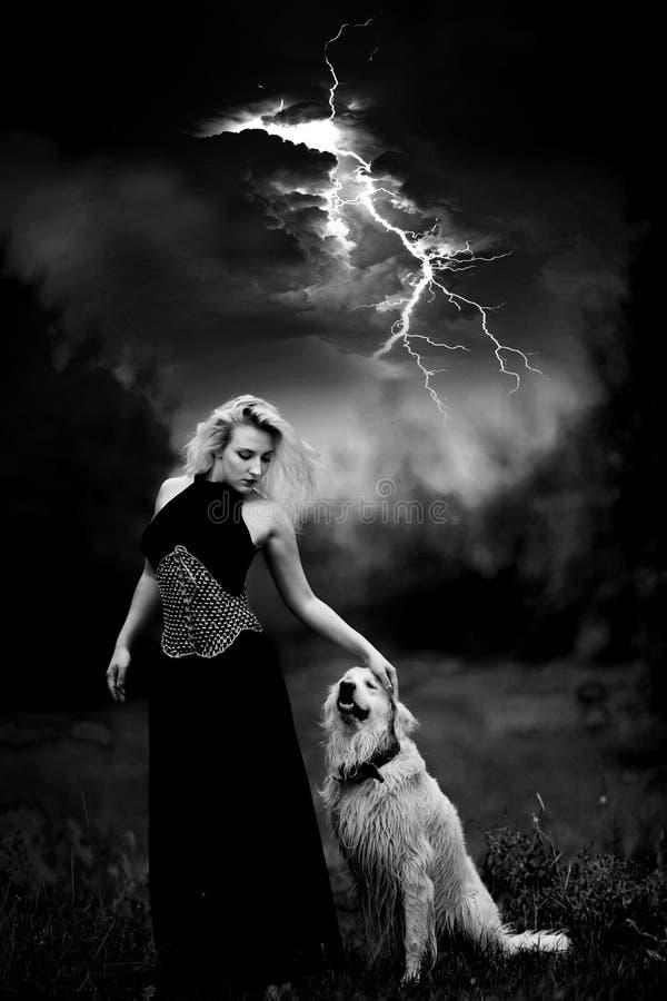 Nätt ung kvinna och hennes hund royaltyfri fotografi