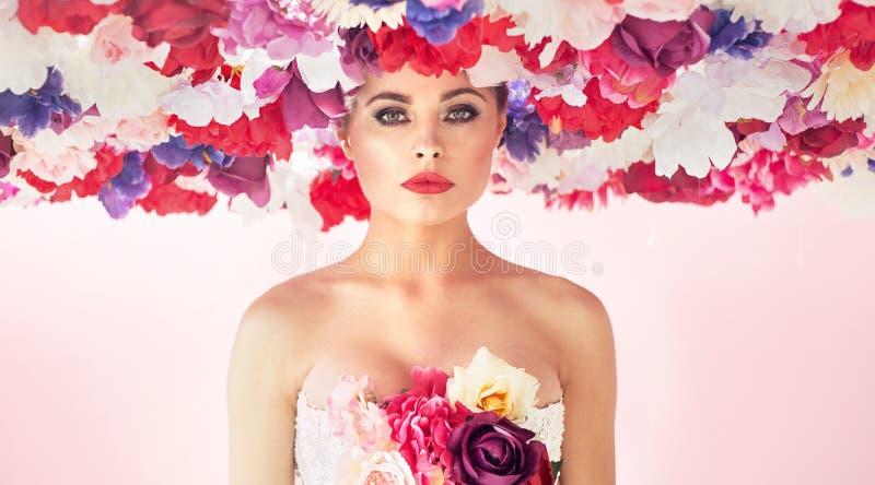 Nätt ung kvinna som bär den färgrika chapleten royaltyfri fotografi