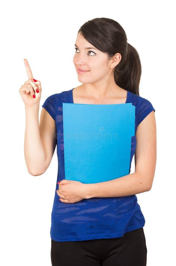 Nätt ung kvinna som rymmer en blå mapp arkivbild