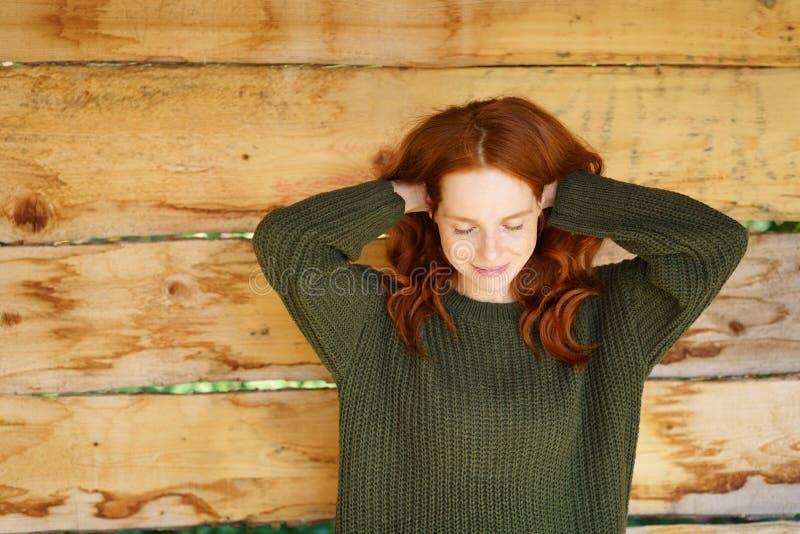 Nätt ung kvinna som tar ett ögonblick för henne royaltyfri fotografi