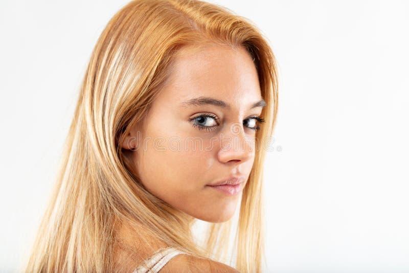 Nätt ung kvinna som tillbaka hänsynsfullt ser royaltyfria foton