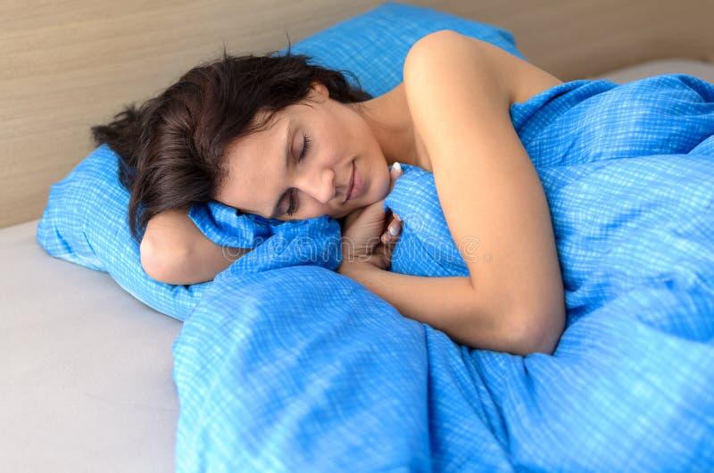 Nätt ung kvinna som tycker om en avslappnande sömn fotografering för bildbyråer