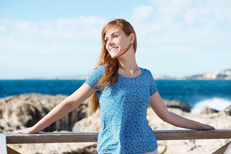 Nätt ung kvinna som tycker om sjösidan fotografering för bildbyråer