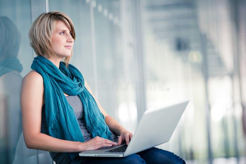 Nätt ung kvinnlig student på högskolan/universitetsområde royaltyfri bild