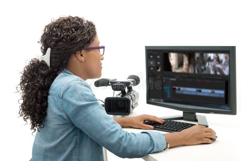 Nätt ung redaktör för afrikansk amerikankvinnavideo arkivbild