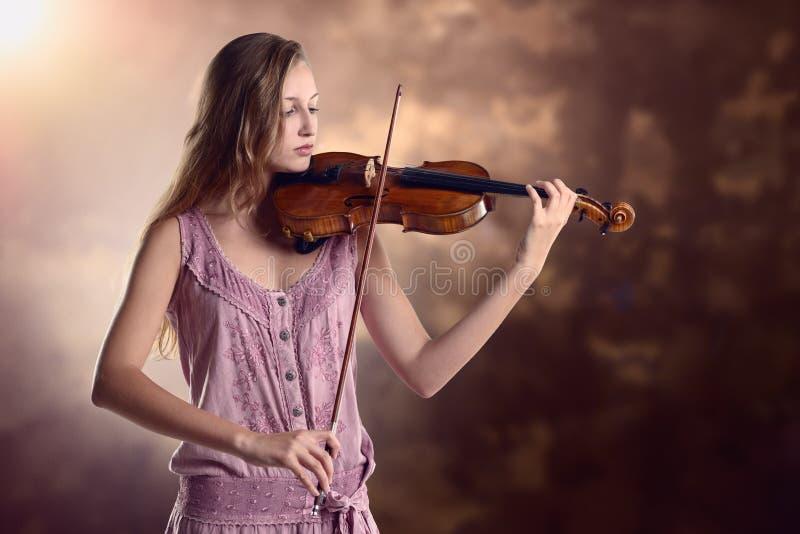 Nätt ung violinist som spelar fiolen arkivbilder