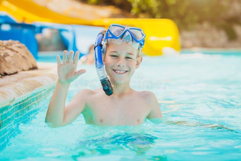 Nätt unge i simbassäng royaltyfria foton