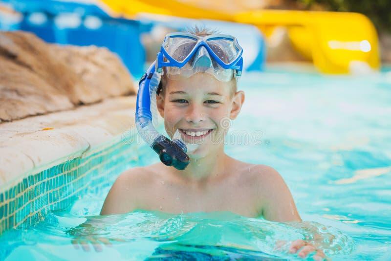 Nätt unge i simbassäng fotografering för bildbyråer