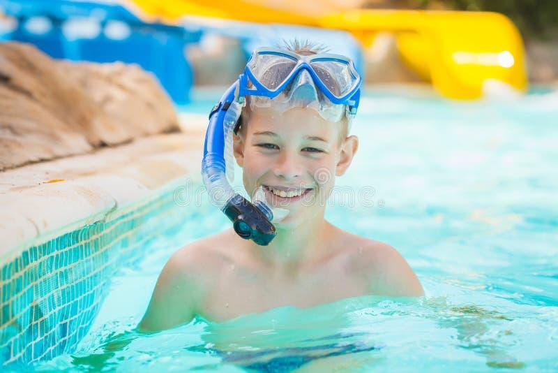 Nätt unge i simbassäng royaltyfri foto