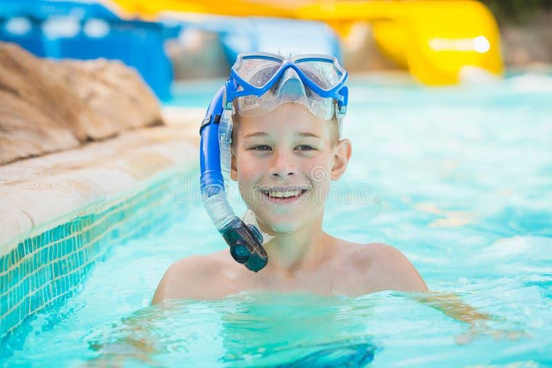Nätt unge i simbassäng arkivfoto