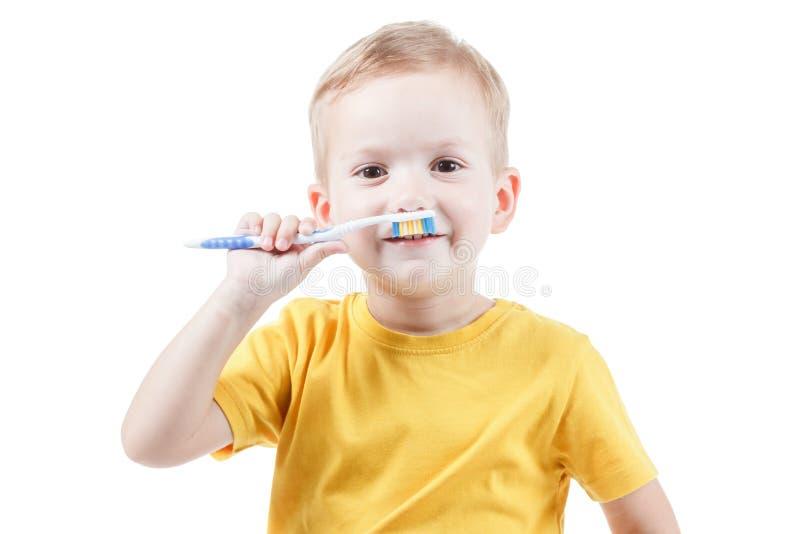 Nätt unge med mustaschbarntandborsten som isoleras på vit bakgrund arkivfoton