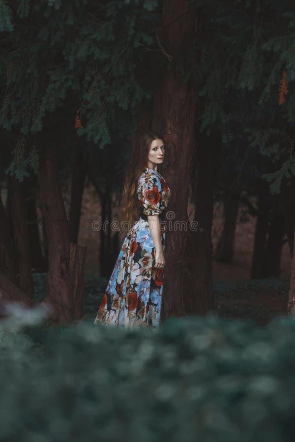 Nätt ungt Boho kvinnaanseende i skog royaltyfri fotografi