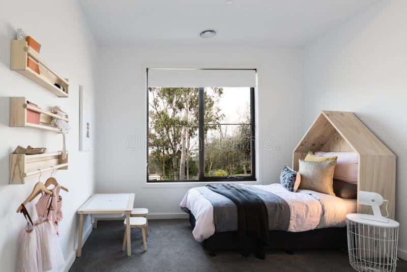Nätt utformat rosa pastellfärgat sovrum för flicka` s royaltyfria foton