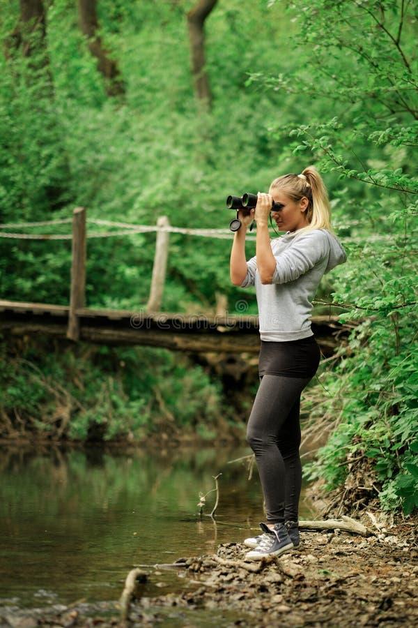 Nätt utforskarekvinna med kikare royaltyfria foton