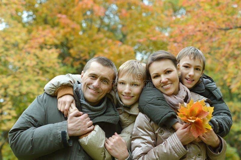 Nätt vänlig familj royaltyfri foto