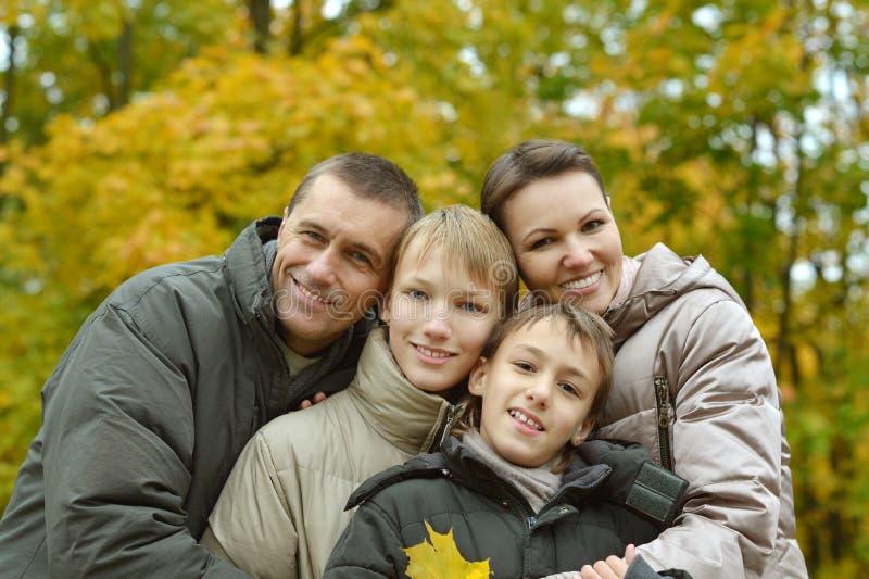 Nätt vänlig familj royaltyfri fotografi