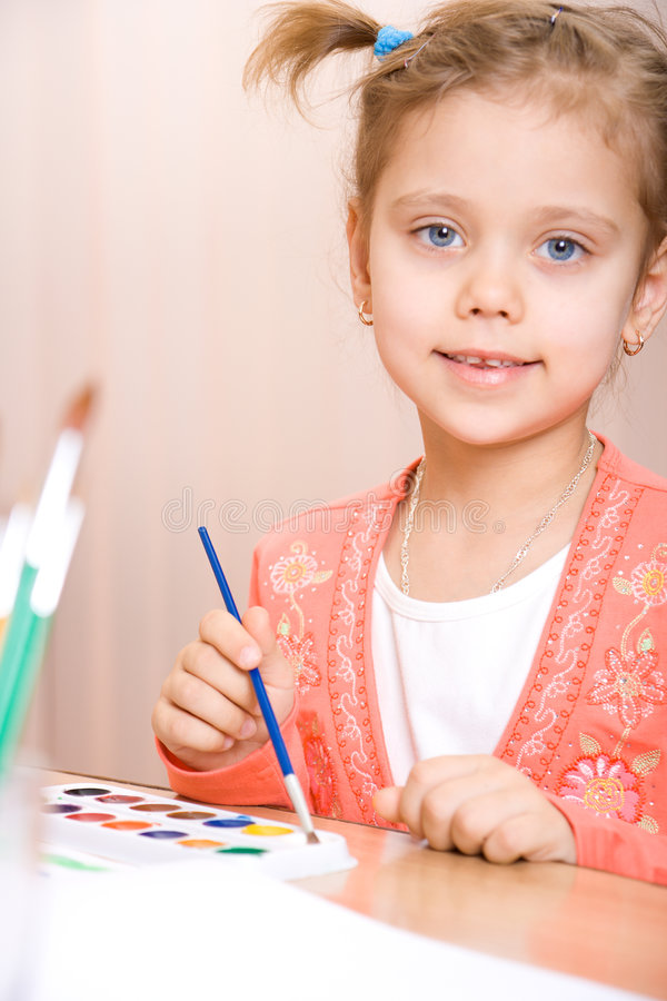 nätt vattenfärg för caucasian barnmålarfärg arkivbilder