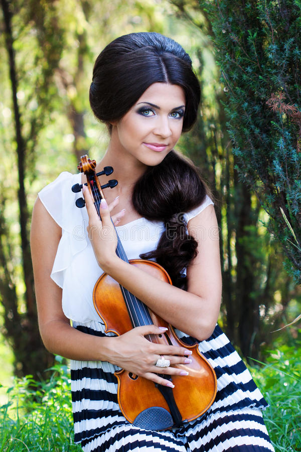 Nätt violonist royaltyfri fotografi