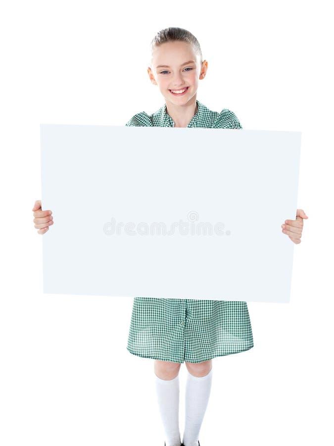 nätt white för blank flickaholdingaffisch arkivfoto