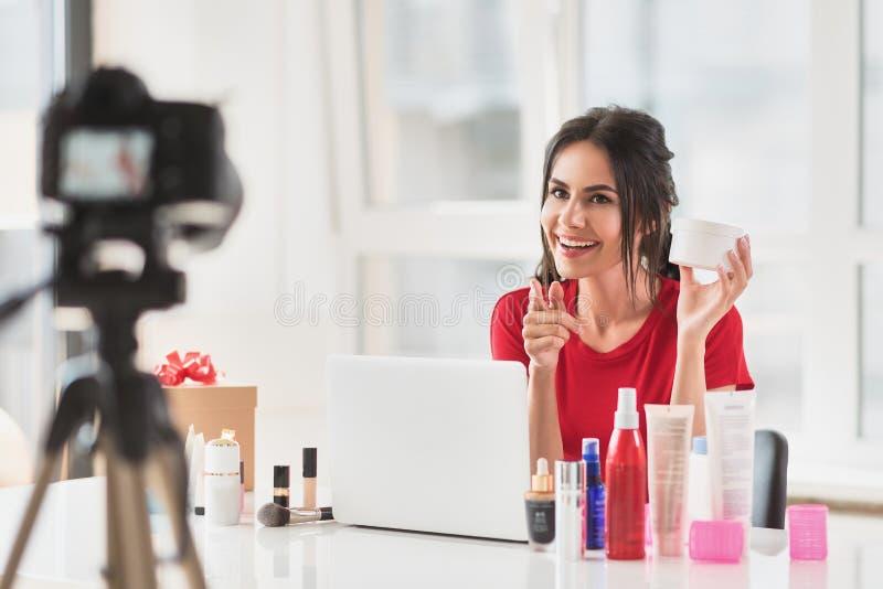 Nätta advertizingskönhetsmedel för ung kvinna i blogg royaltyfria bilder