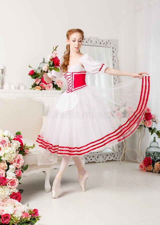 Nätta ballerinainnehavblommor royaltyfria bilder