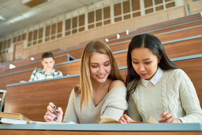 Nätta flickor i högskola royaltyfria bilder