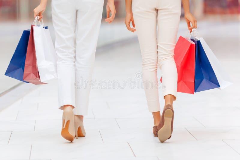 Nätta flickor som gör shopping royaltyfria bilder