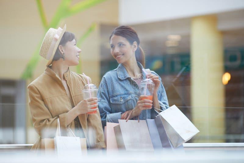 Nätta flickor som har att shoppa helg fotografering för bildbyråer