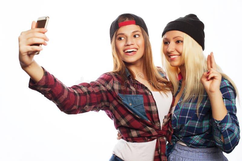 Nätta hipsterflickor som tar selfie royaltyfri fotografi