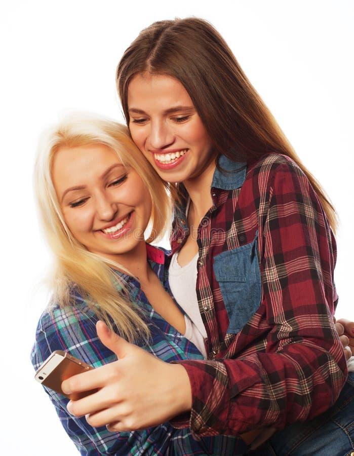 Nätta hipsterflickor som tar selfie royaltyfri bild