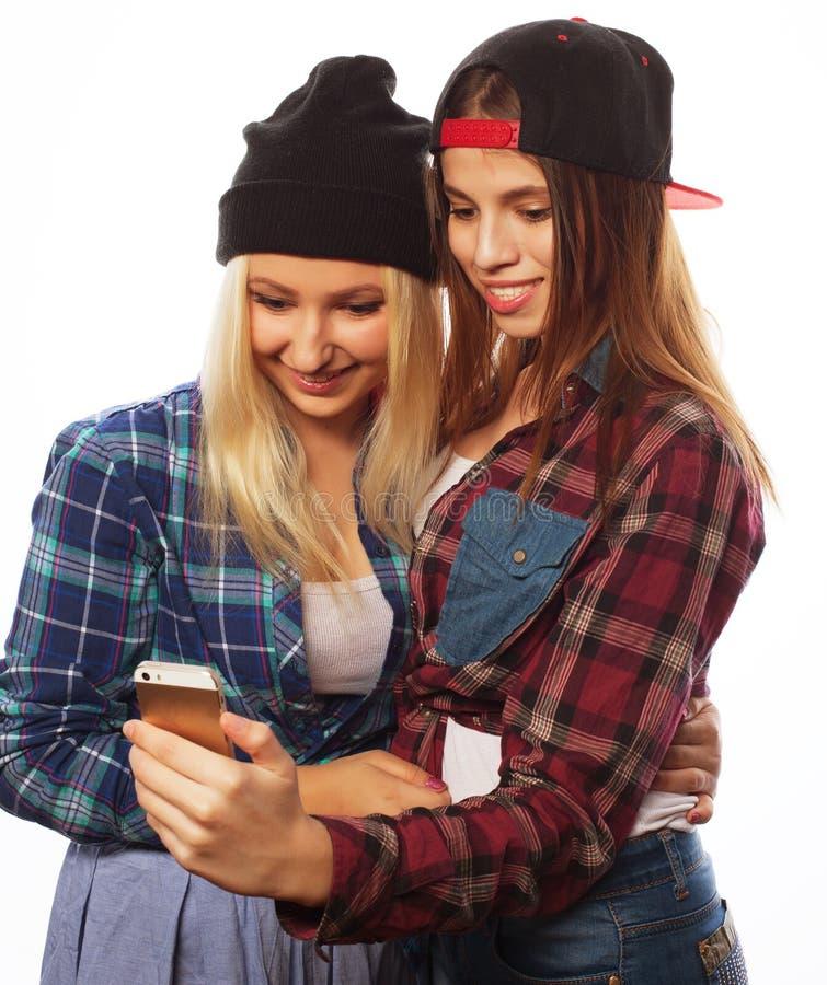 Nätta hipsterflickor som tar selfie royaltyfria bilder