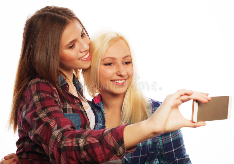 Nätta hipsterflickor som tar selfie arkivbild