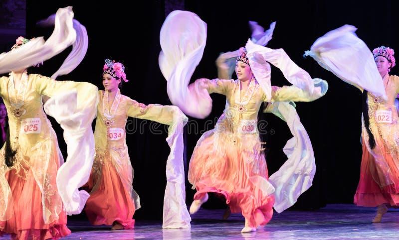 Nätta Huadan 3 - kinesisk klassisk Dans-avläggande av examen show av dansavdelningen royaltyfri foto