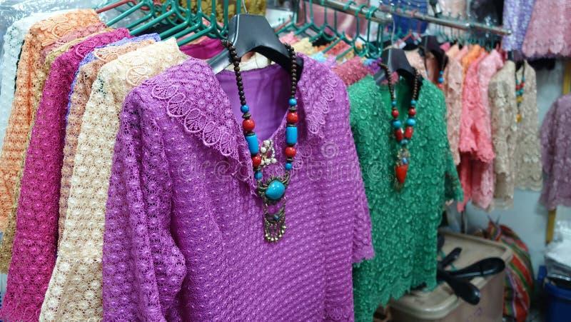 Nätta klänningar för äldre dam i Thaland arkivbild