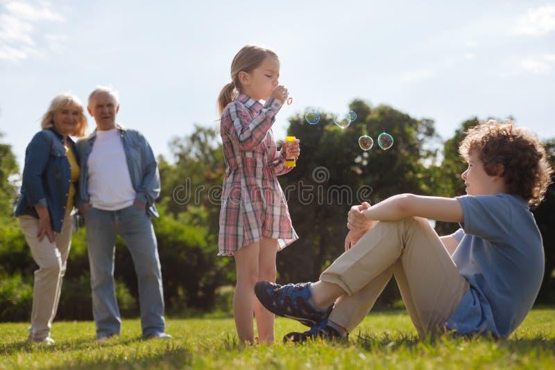 Nätta liten flickadanandebubblor royaltyfria foton