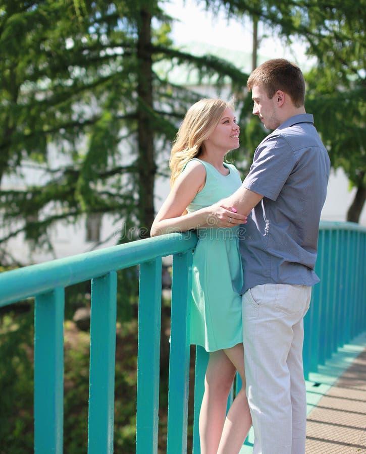 Nätta lyckliga par på bron arkivbild