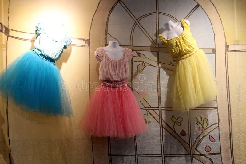 Nätta pastellfärgade färger av utställningen som täcker vidsträckt historia i den neutrala genusdansen, nationellt museum av dans arkivfoton