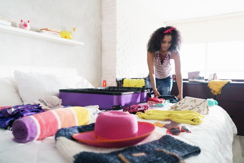 Nätta unga svart kvinnaemballagepåsar för ferier arkivbilder