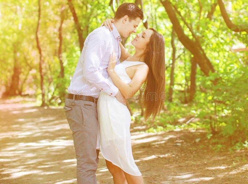 Nätta unga tonåringar kopplar ihop den förälskade kyssen arkivbild