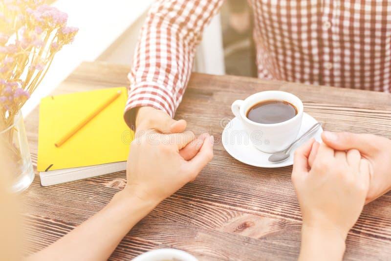 Nätta unga vänner daterar i kafé royaltyfria bilder