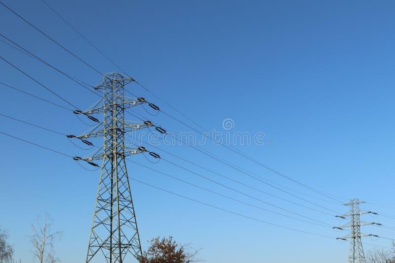Nätverk för hög spänning för transformatoravdelningskontor elektriskt Industriell energi Metallstrukturer i det öppet Isolatorer  royaltyfri bild