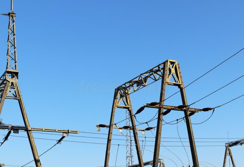 Nätverk för hög spänning för transformatoravdelningskontor elektriskt Industriell energi Metallstrukturer i det öppet Isolatorer  arkivbild