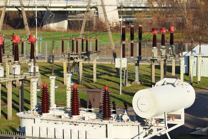 Nätverk för hög spänning för transformatoravdelningskontor elektriskt Industriell energi Metallstrukturer i det öppet Isolatorer  royaltyfri fotografi