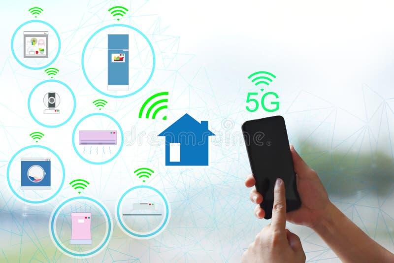 nätverk 5G och internet av trådlösa apparater Förbind det smarta hemmet och elektriska anordningar, begrepp av kommunikationen me royaltyfri fotografi